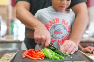 enseñar a tu hijo a cortar las verduras