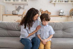 madre haba con su hijo sobre sentimientos