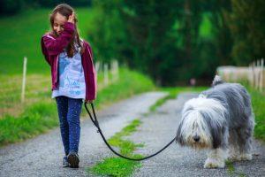 niña paseando con su perro