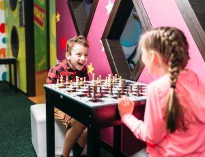 niños aprenden ajedrez de manera divertida