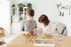 niños jugando de forma cooperativa