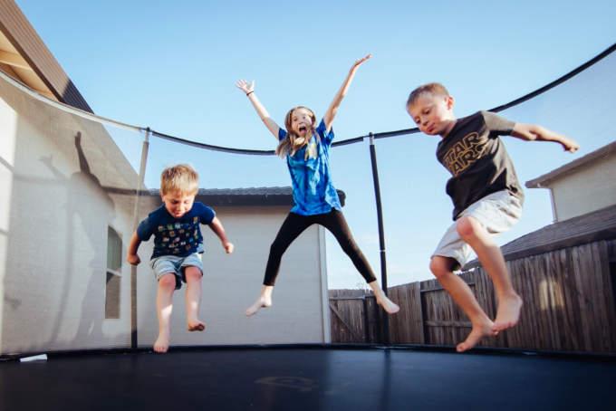 niños saltan cama elastica
