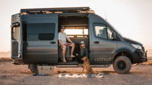 pareja vive en su furgoneta camper con su mascota