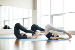 postura de yoga el arado