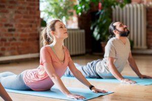 postura de yoga la cobra