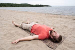 postura yoga el muerto