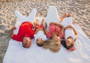 retrato familia tumbada arena mar