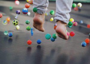 saltando cama elastica con bolas